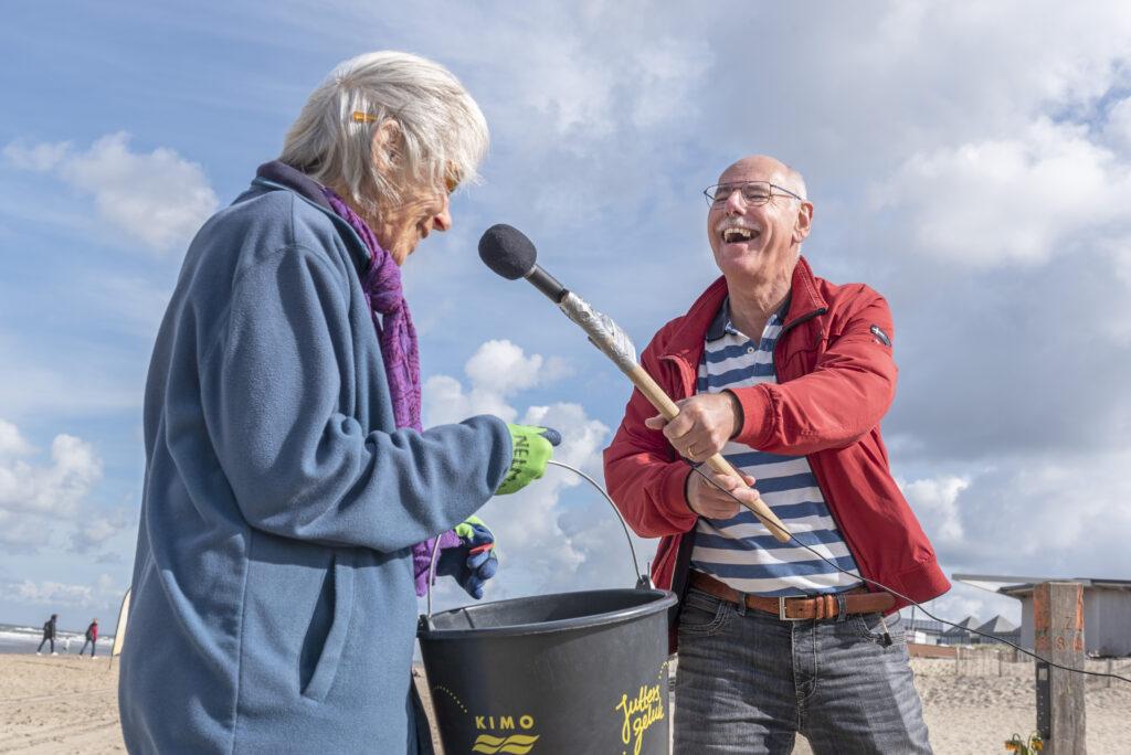 Bloemendaal aan Zee, 7 september 2020. Vrijwilliger van Studio Beeldrijk interviewt een deelnemer van Juttersstroom / Juttersgeluk, een initiatief voor mensen met een haperend brein, van Zorgbalans. foto: Charlotte Bogaert, ©2020